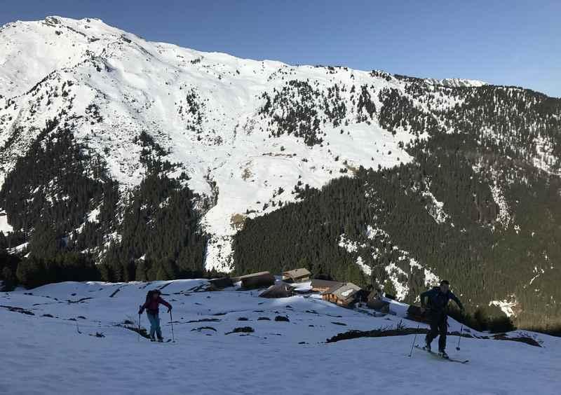 Der Start der 4 Gipfel Skitour in Tirol - noch im Schatten beim Alpl in den Tuxer Alpen