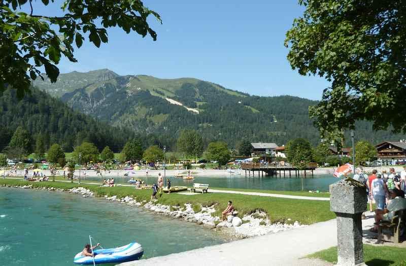 Das Achensee Strandbad in Achenkirch, hinten der Campingplatz