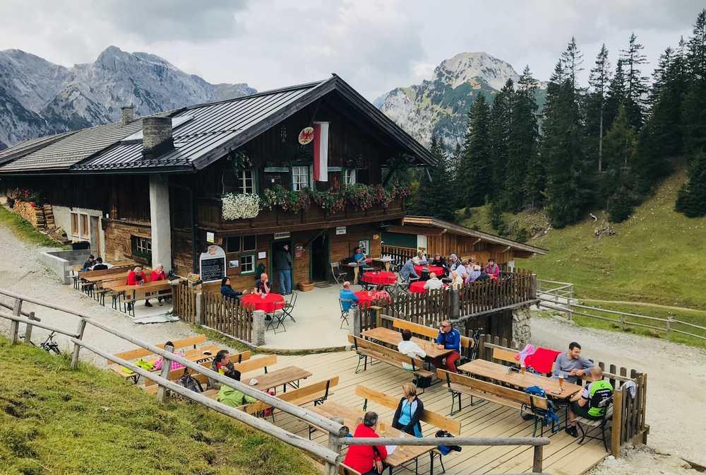 Die Bärenbadalm ist das Ziel der Mountainbiketour im Karwendel am Achensee