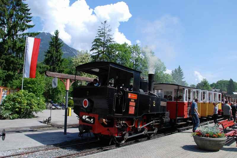 So fährt die Achenseebahn am 3-Spuren Bahnhof in Jenbach los