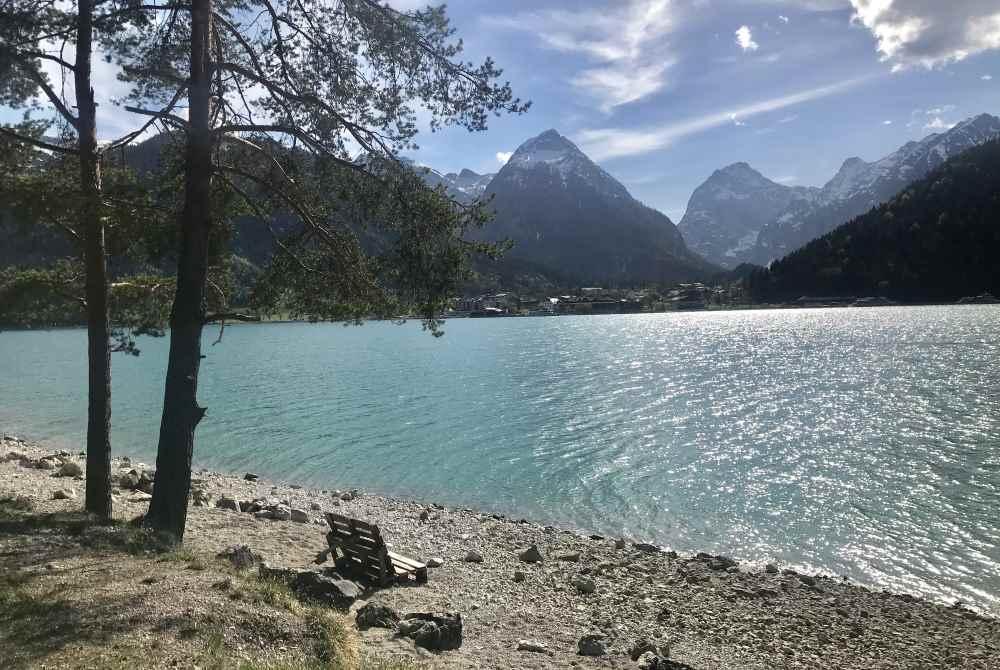 Immer am Ufer geht es für mich mit dem E-Mountainbike entlang, mit diesem Blick zum Karwendel