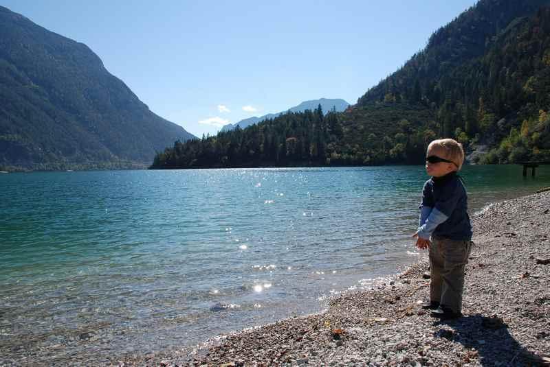 Wandern am Achensee im Familienurlaub Herbst