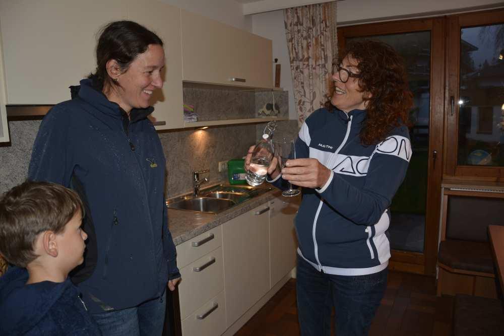 Anna Rieser begrüßt uns mit einem Schnapserl in der Ferienwohnung Achensee im Haus Rofan, Pertisau