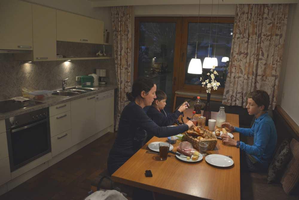 In der Küche der großen Ferienwohnung am Achensee haben wir alles, was wir brauchen zum Abendessen