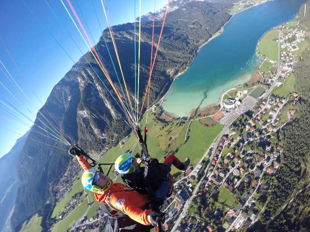 Das ist der Ausblick beim Tandem-Gleitschirmfliegen am Achensee. Eindrucksvoll oder?