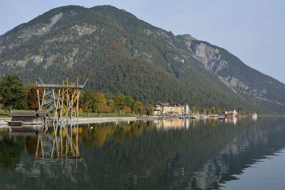 Der Blick auf den Ort Pertisau - hier gibt es sehr viele Achensee Hotels