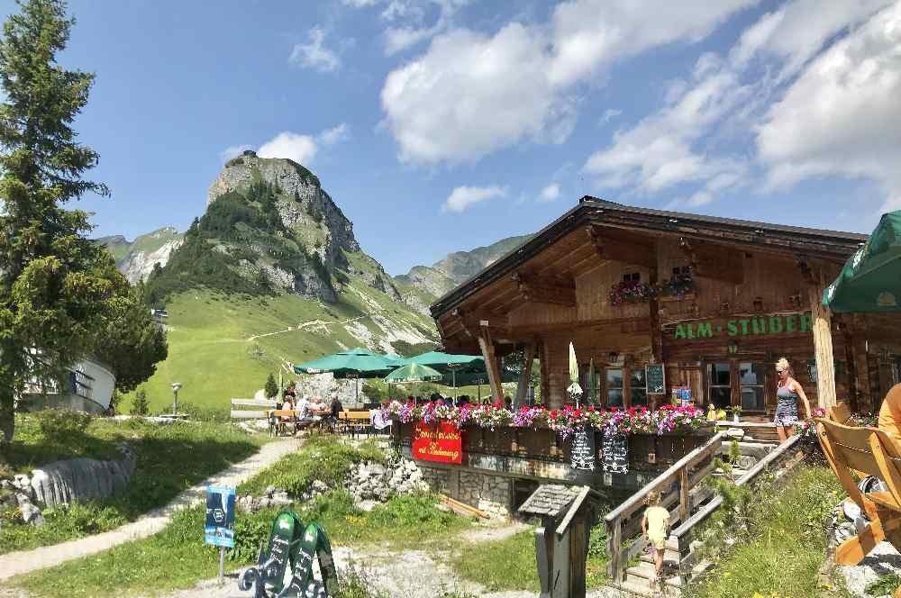 Das urige Almstüberl beim Berggasthof Rofan