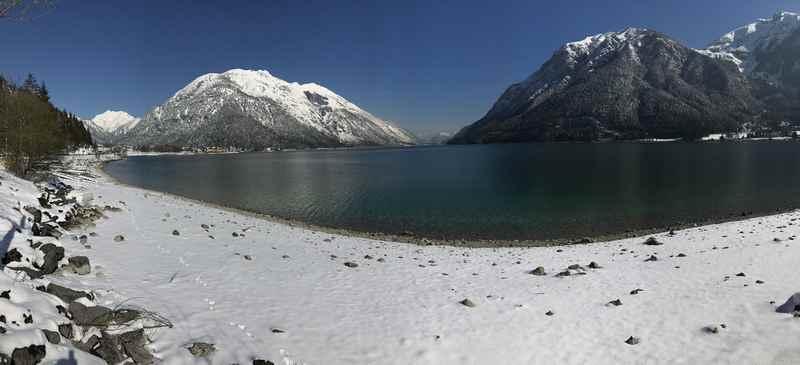 Die Fahrt zum Karwendeltäler Parkplatz ist winterlich: Der Blick über den Achensee