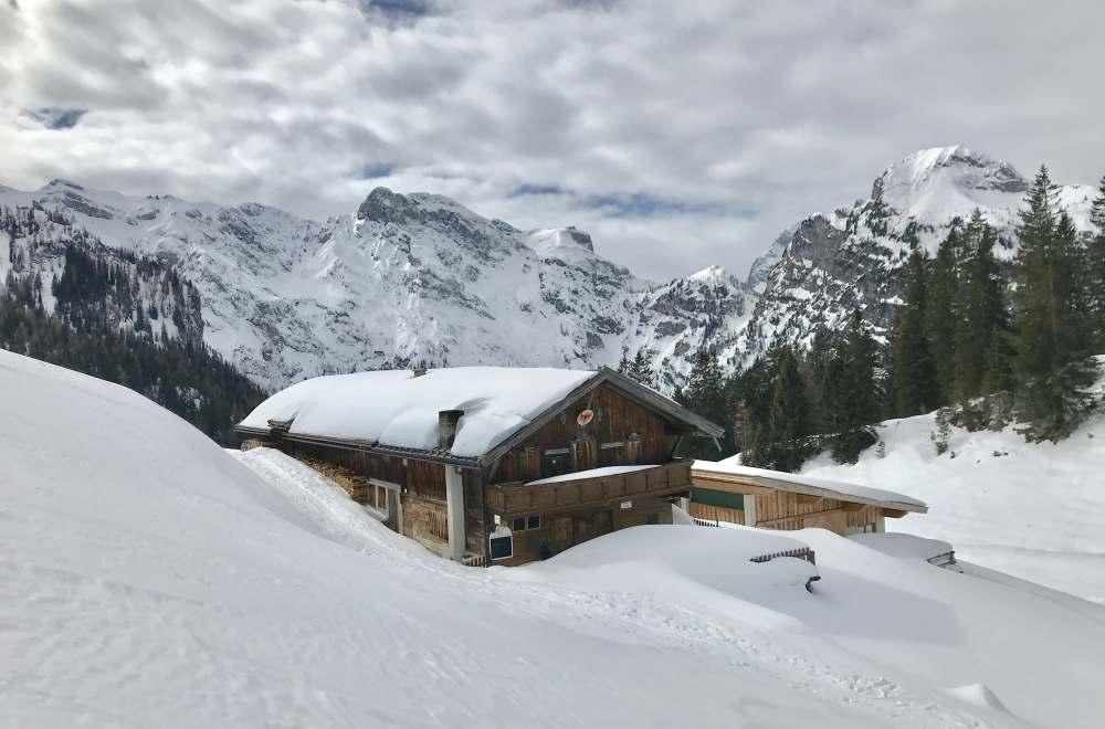 Das Zwischenziel: Die verschneite Bärenbadalm im Karwendel
