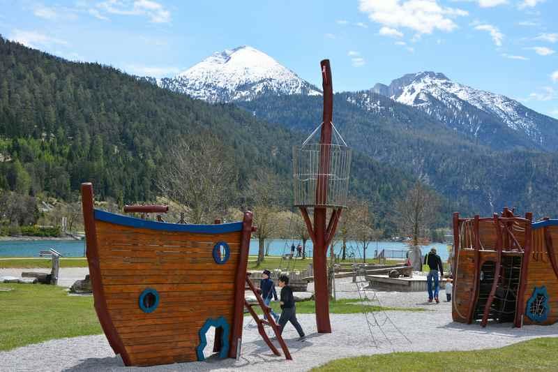 die schönsten Spielplätze: Der Kinderspielplatz am Achensee im Karwendel - dahinter der Seezugang zum Baden