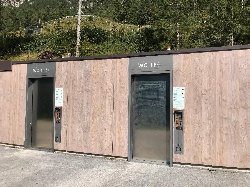 Zwischen Achensee Parkplatz und See ist auch eine öffentliche Toilette (kostenpflichtig) aufgestellt