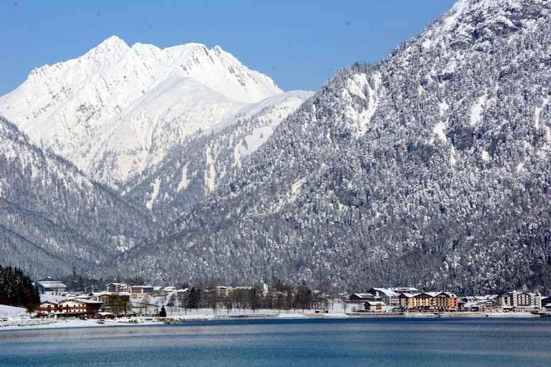 Der verschneite Achensee im Winter mit dem Karwendel
