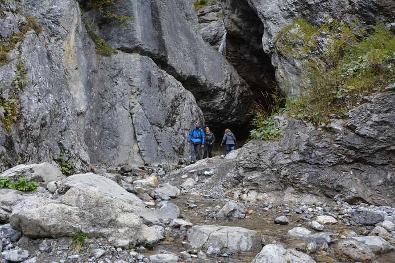 Der Wasserfall bei der Gramaialm am Achensee - wir wandern in den Spalt der Felsen zum Wasserfall im Naturpark Karwendel