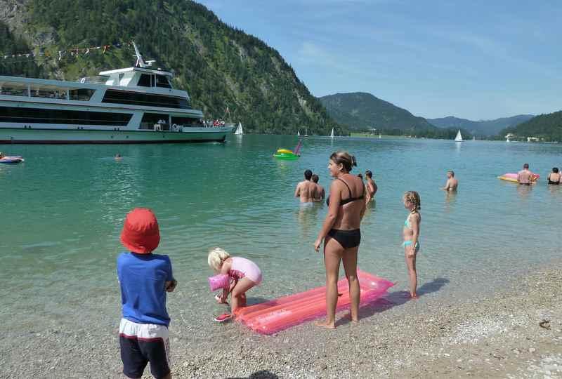 Am Achensee baden ist wunderbar - hier am Kiesstrand am Achenseeufer
