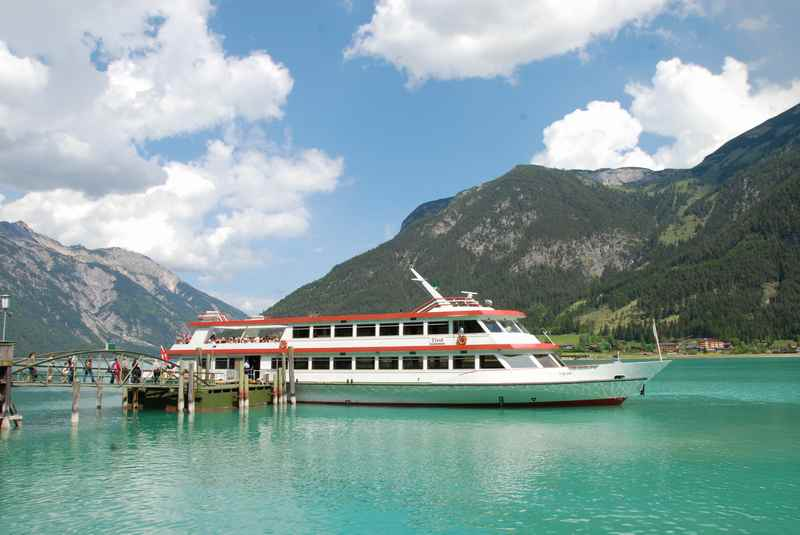 Der Achensee zwischen Karwendel und Rofan - im Bild das Achensee Schiff