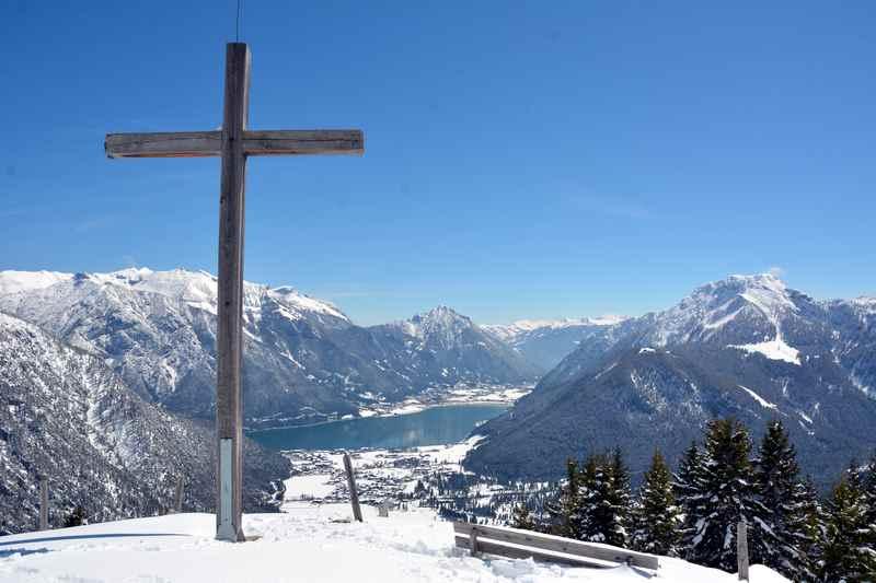 Am Feilkopf Gipfelkreuz - die Aussicht über den Achensee