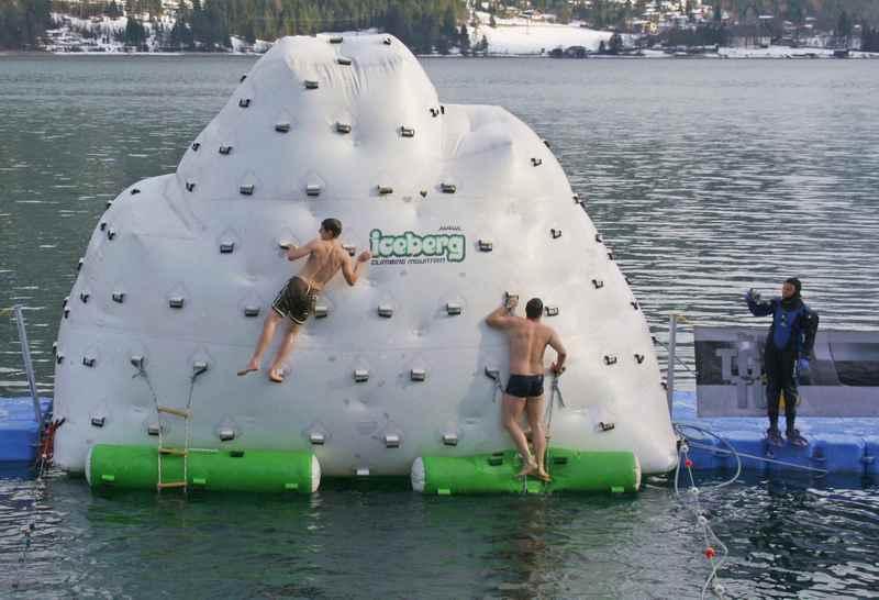 Ziel beim Achensee Silvesterschwimmen ist der künstliche Eisberg, Foto: Achensee Tourismus