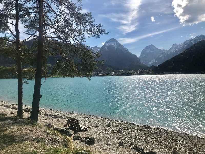 Am Achensee spazieren und dabei diesen Ausblick auf das Karwendel und den See geniessen.