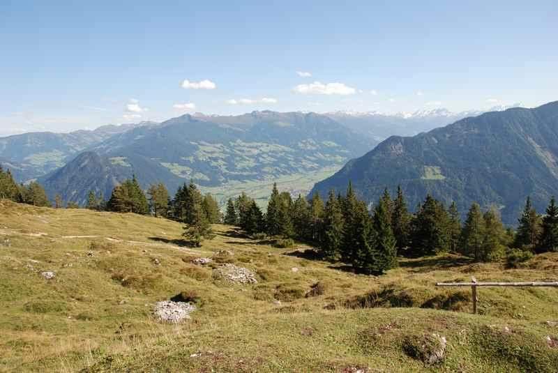 Am Achensee wandern zur Astenaualm mit Blick auf das Karwendel, Zillertal und Inntal