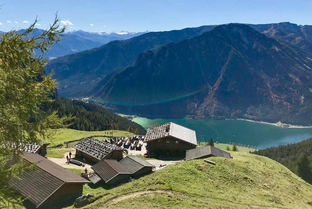 Zur Dalfazalm blitzt das Blau des Achensee herauf, umgeben von den schönen Bergen