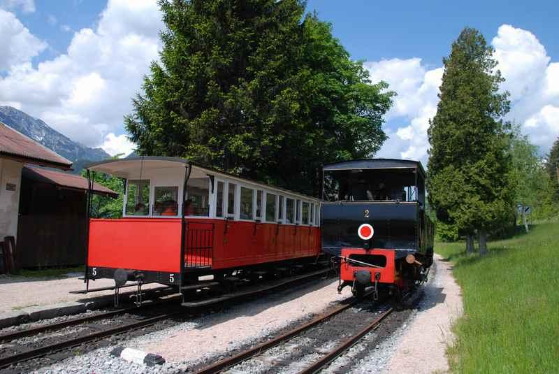 Kurz vor der Fahrt an den Achensee muß die Lokomotive vor den Zug, von Jenbach aus schiebt die Zahnradbahn den Wagon hinauf ins Karwendel