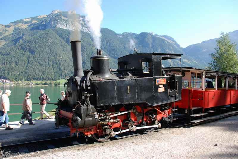 Die Achenseebahn hält in Eben am Achensee