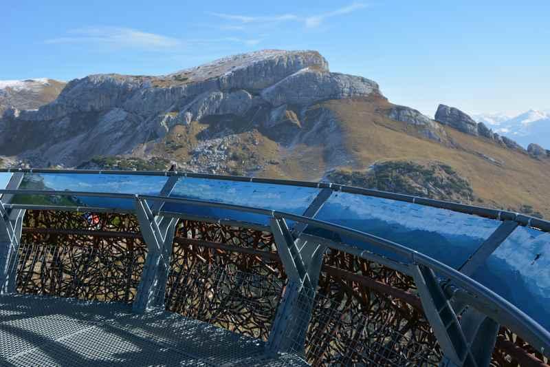 Der Ausblick vom Adlerhorst auf das Rofan, mit Beschriftung der Gipfel