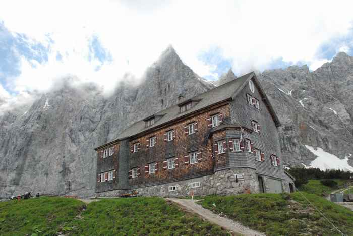 Die Falkenhütte befindet sich auf der Adlerweg Hüttenwanderung und ist eine der imposantesten Hütten im Karwendel