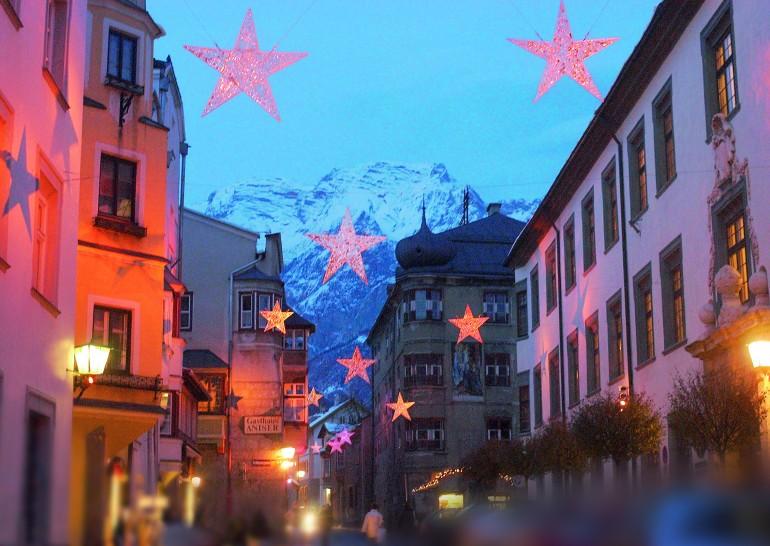 Die geschmückten Gassen der Altstadt in Hall in Tirol, hinten das Karwendel, Foto: Tourismusverband www.hall-wattens.at
