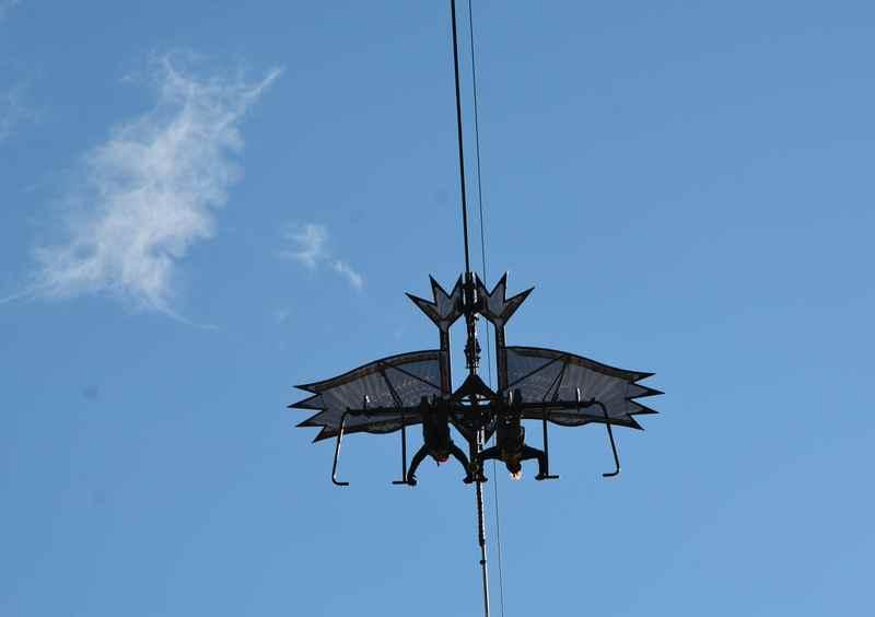 Der stilisierte Adler, unten hängen die Mitfahrer am Skyglider auf dem bis zu 80 km/h schnellen Flug im Rofangebirge
