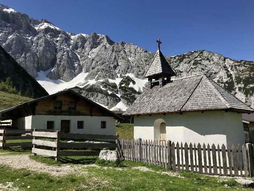 Die Alm mit der Kapelle auf der Wiese unterhalb vom Karwendelhaus