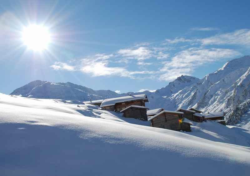 Dafür sind die Tuxer Alpen bekannt: Die urigen Almdörfer, beim Winterwandern, Skitouren oder Schneeschuhwandern