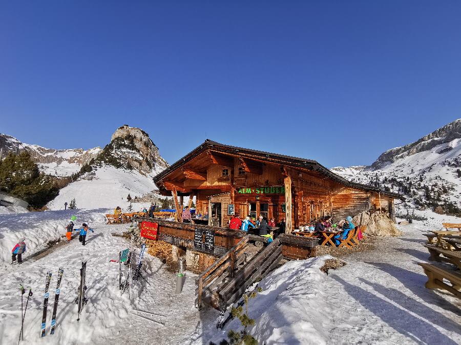 Almstüberl Rofan - eine Winterhütte zum Sonne tanken und mit Panoramablick auf die verschneiten Berge im Karwendel