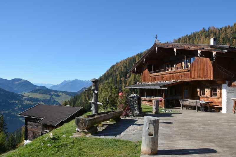 Die Bischofer Alm oberhalb von Alpbach, mit Blick auf Karwendel und Rofan