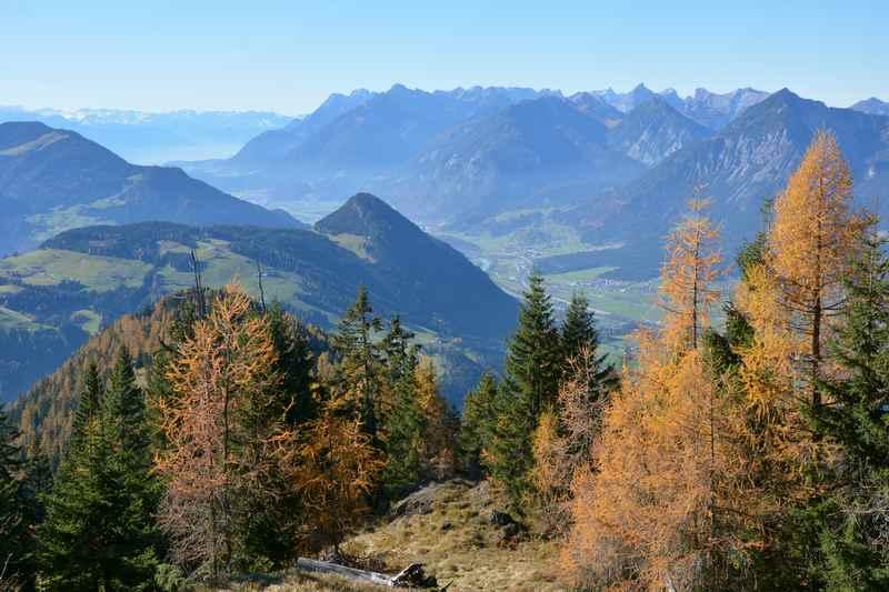 Beim Wandern in Alpbach der Blick auf das Karwendel und Rofan