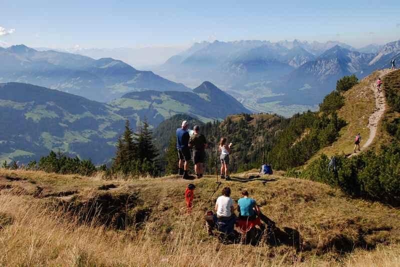 Im Alpbachtal wandern und diese Aussicht auf der Gratlspitze geniessen, hinten das Rofan und Karwendel