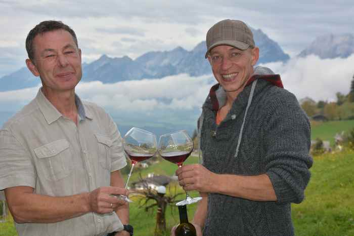 Alpen Wein aus Tirol - Dieter Kurz und Ronald Knabl probieren den Fruchtwein vom Kellerjoch, mit Blick auf das Karwendelgebirge