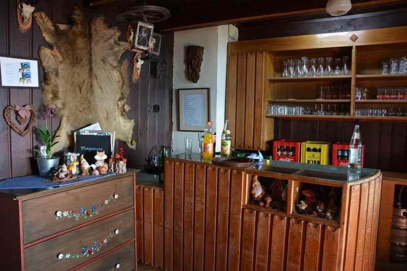 Die Bar im Alpengasthof Loas - urige Hütte unterhalb des Loassattel
