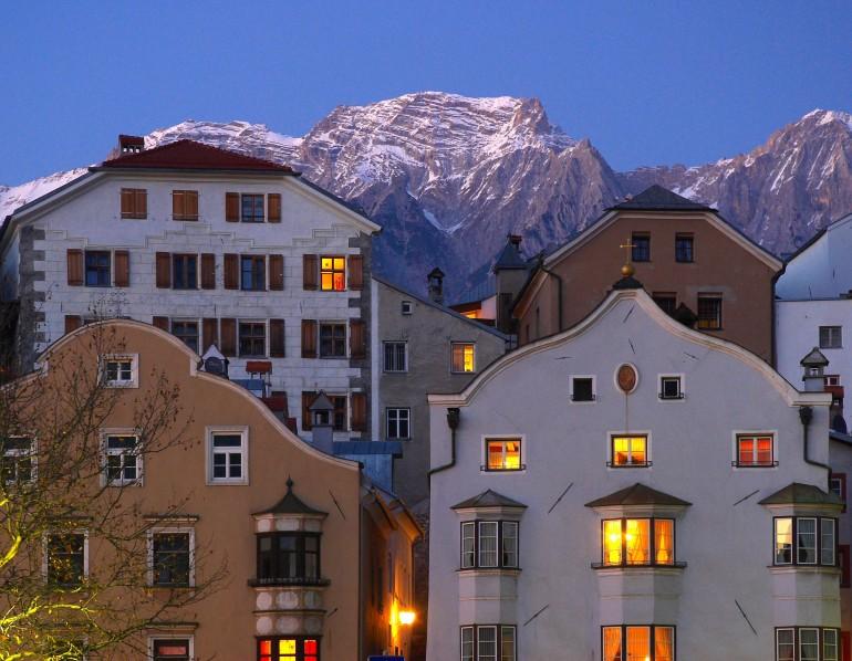 Eine schöne Kulisse: Die Altstadt Hall mit dem Karwendel, Foto hall-wattens.at
