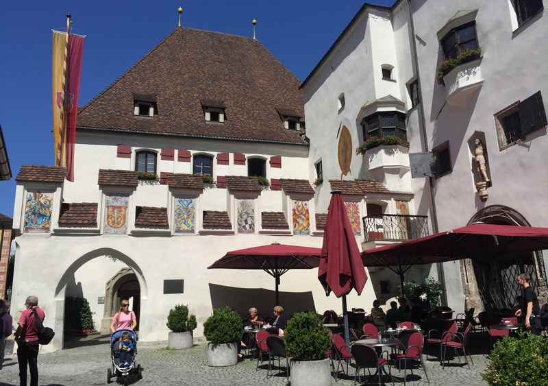 Bewundere unbedingt die Altstadt Hall in Tirol mit vielen schönen historischen Häusern und Gassen
