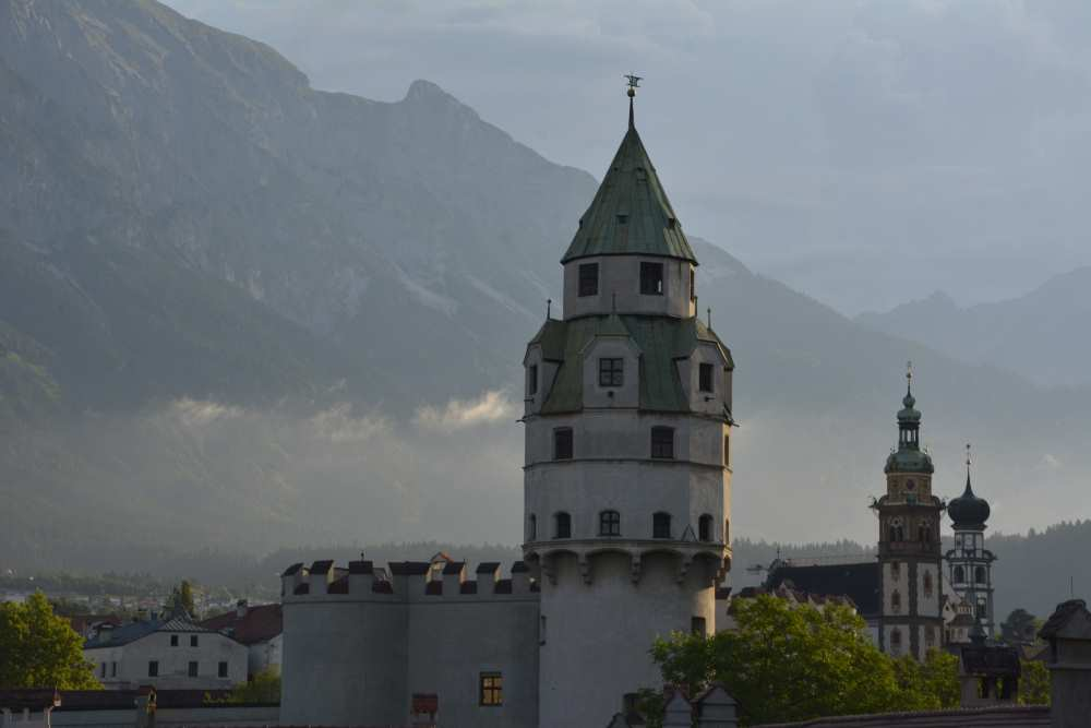 Die Altstadt Hall in Tirol lockt mit den vielen Türen und den Sehenswürdigkeiten