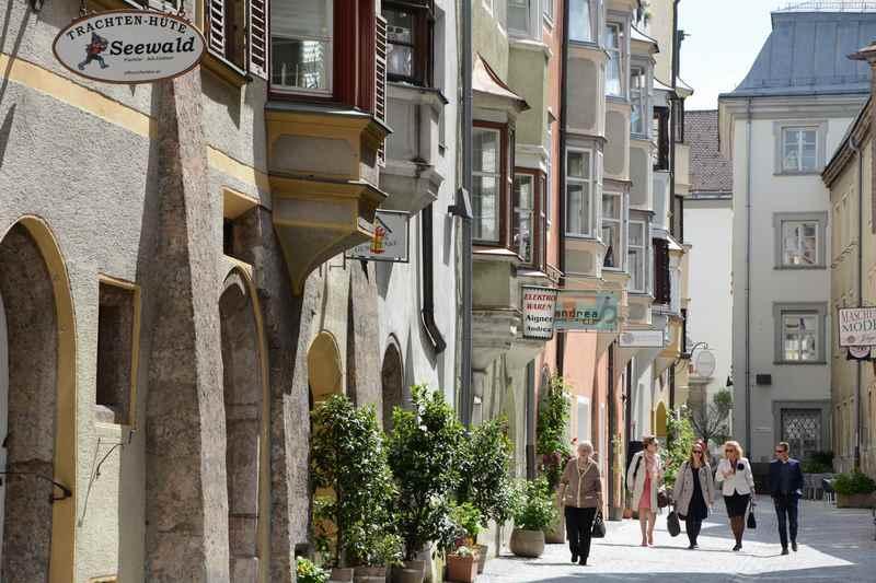 Viele schöne Erker sind bei der Stadtführung in der Altstadt von Hall in Tirol zu sehen