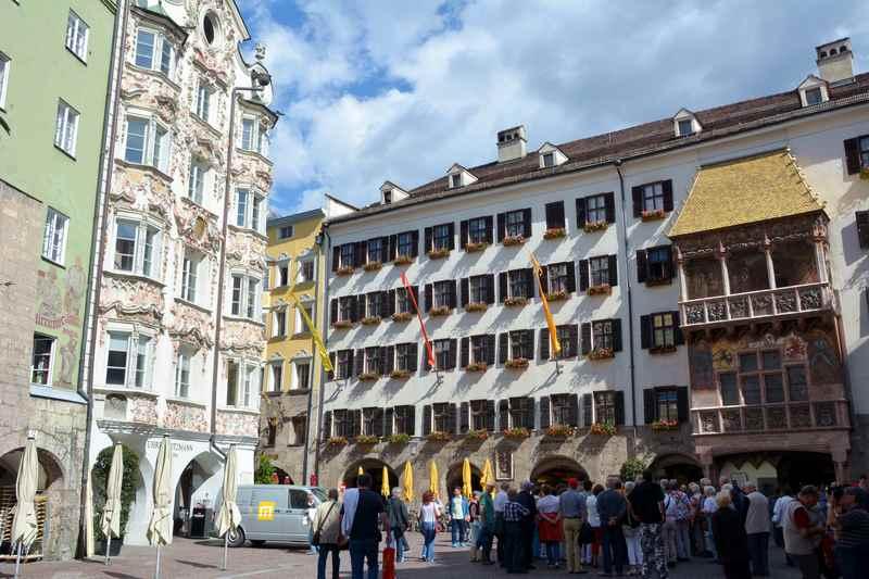 In der Altstadt Innsbruck: Das goldene Dachl beim Karwendel