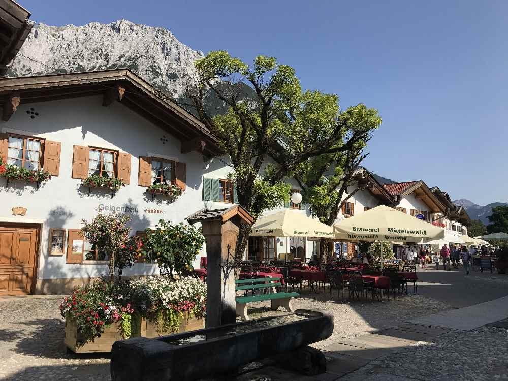 Die Altstadt Mittenwald mit den Häusern am Obermarkt und den Bergen über den Dächern