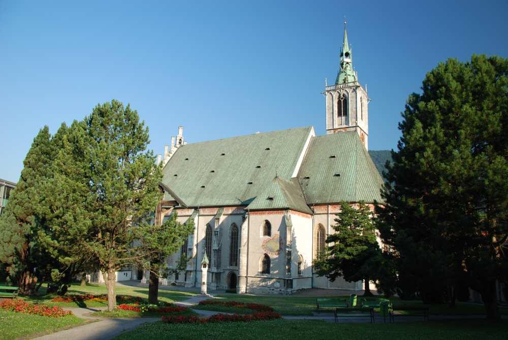 Schwaz Altstadt: Das ist die überdimensional große Kirche in Schwaz, mit dem Stadtpark