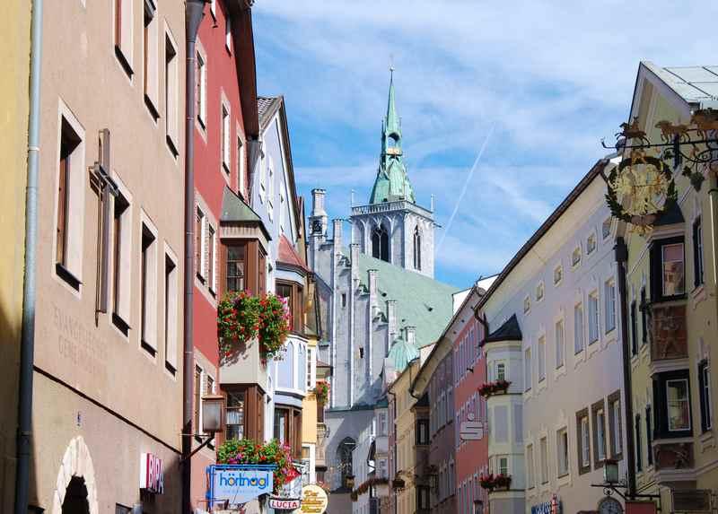 Die bunte Franz-Josef-Strasse mit der bekannten vierschiffigen Kirche in der Altstadt Schwaz in Tirol