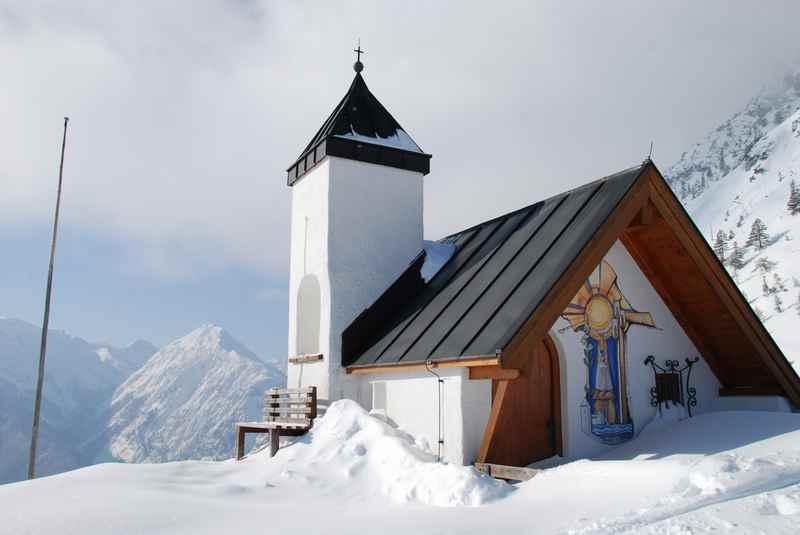 Astenaualm winterwandern: Die verschneite Kapelle bei der Astenaualm im Rofangebirge am Achensee