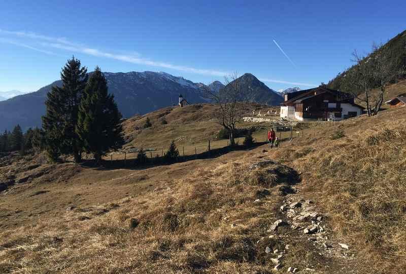 Die Astenaualm hat im November und Dezember geschlossen, es ist aber trotzdem schön zu wandern - hier mit Blick auf das Karwendelgebirge