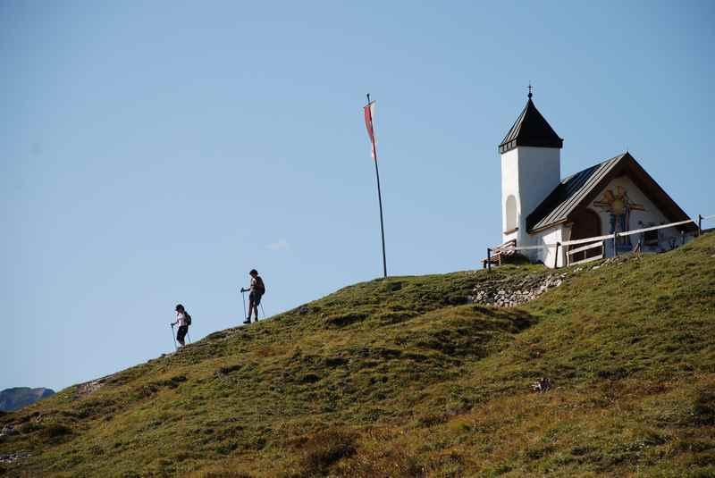 Zur Astenaualm wandern im Rofan, mit Kapelle auf der Alm