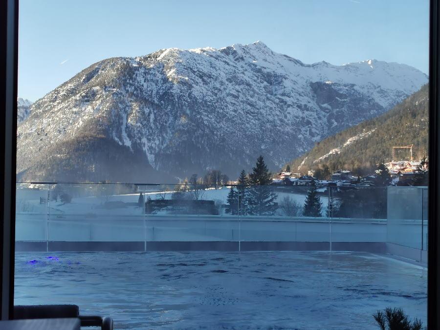 Und wenn das Wetter schön ist, hast diesen Blick aus dem Ruheraum über den Pool und das Karwendel
